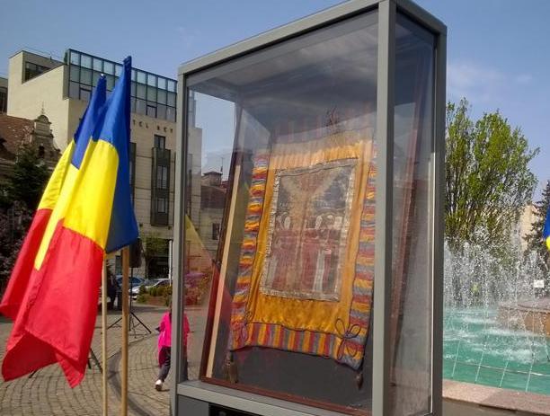 Steagul de luptă a lui Avram Iancu expus în piața ce-i poartă numele din centrul Clujului