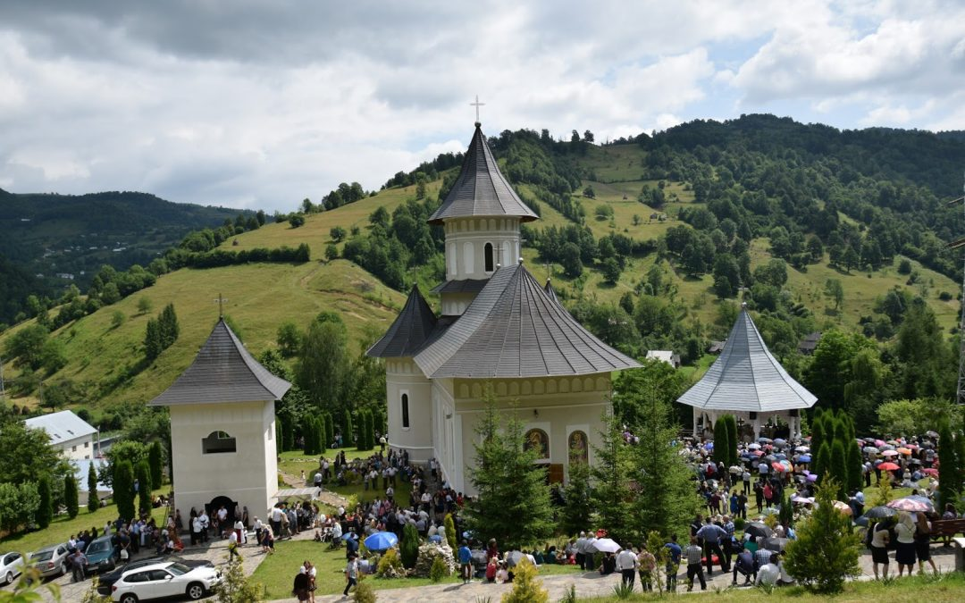 """Mănăstirea """"Sfinții Apostoli Petru și Pavel"""" din Țara Năsăudului și-a serbat hramul"""