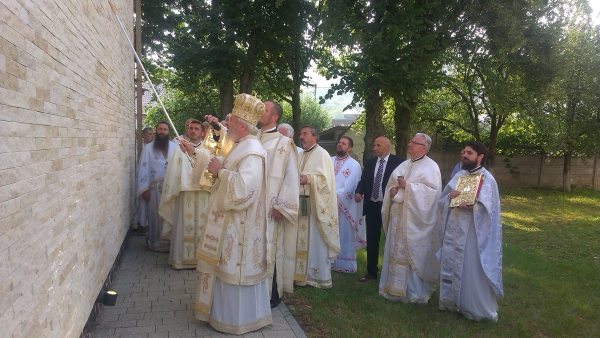 """Biserica """"Sfântul Ierarh Nectarie Taumaturgul"""" din Bistrița a fost sfințită de Mitropolitul Clujului"""