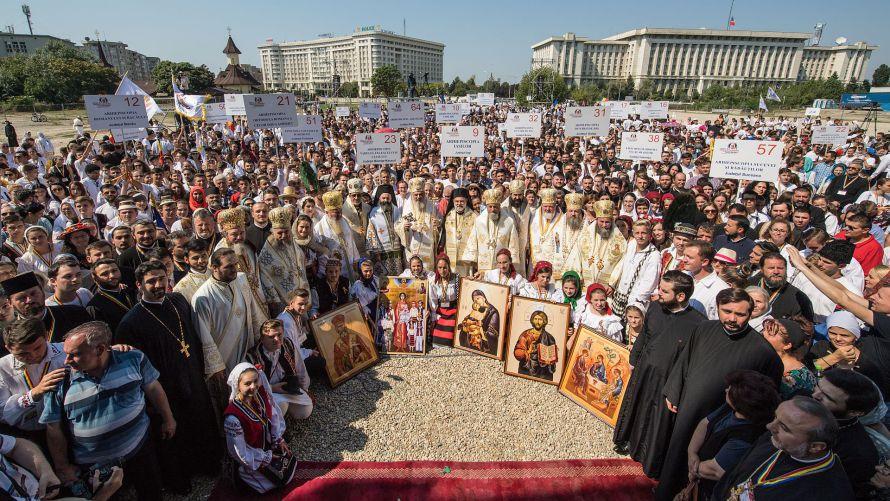 Mii de tineri şi credincioşi s-au rugat împreună cu Patriarhul Daniel la Catedrala Naţională