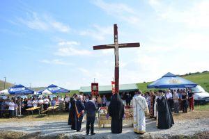 O cruce amplasată la intrarea în satul Cara, sfințită de Înaltpreasfințitul Părinte Andrei