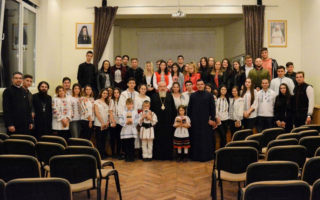 """Tinerii bistrițeni aflați în excursia """"Să ne cunoaștem mai bine Istoria Țării și marile personalități ale ei"""", binecuvântați de Părintele Mitropolit Andrei"""