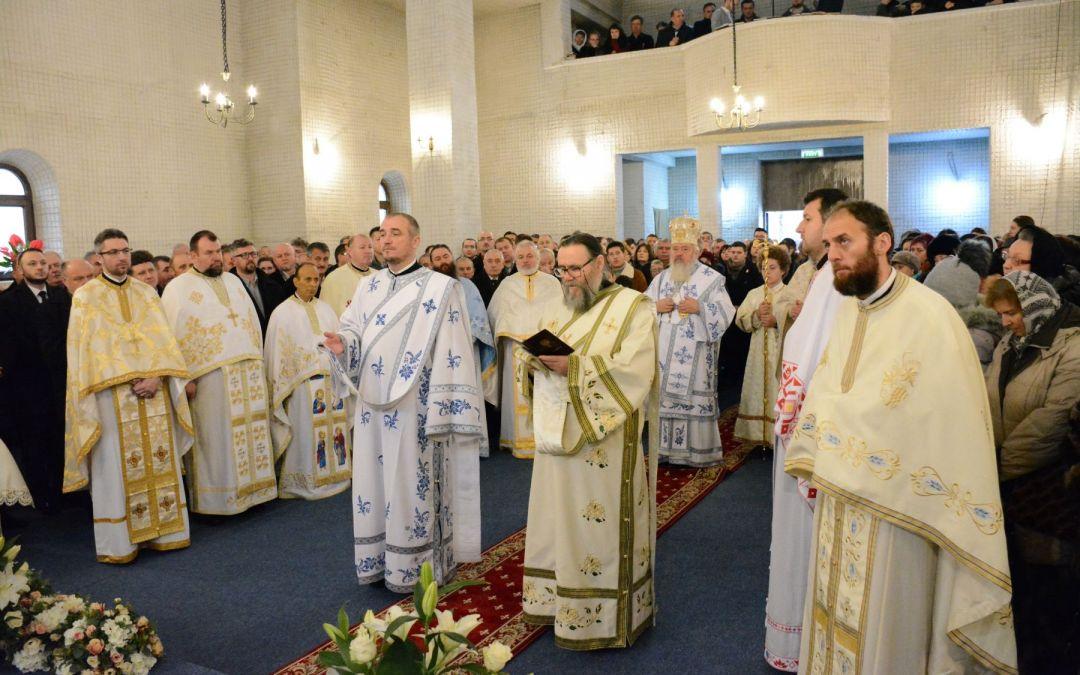 """Noua biserică din Parohia bistrițeană """"Buna Vestire"""", binecuvântată de Mitropolitul Clujului, a doua zi de Crăciun"""