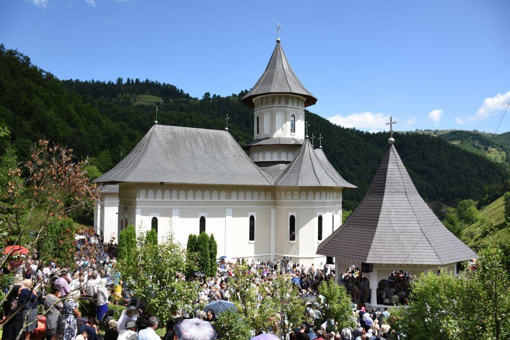 """Mii de credincioși, la hramul Mănăstirii """"Sfinții Apostoli Petru și Pavel"""" de la Rebra-Parva"""