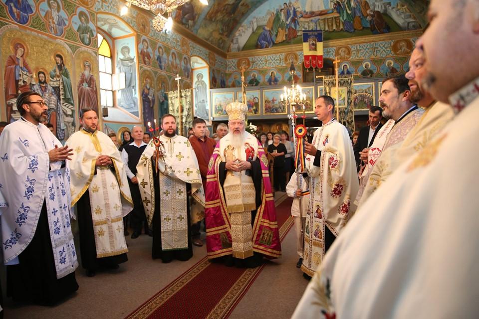 Înaltpreasfințitul Părinte Andrei, în mijlocul credincioșilor din parohia clujeană Călata, Huedin