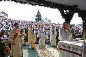 """Mii de credincioși la hramul Mănăstirii """"Nașterea Maicii Domnului"""" de la Piatra Fântânele"""