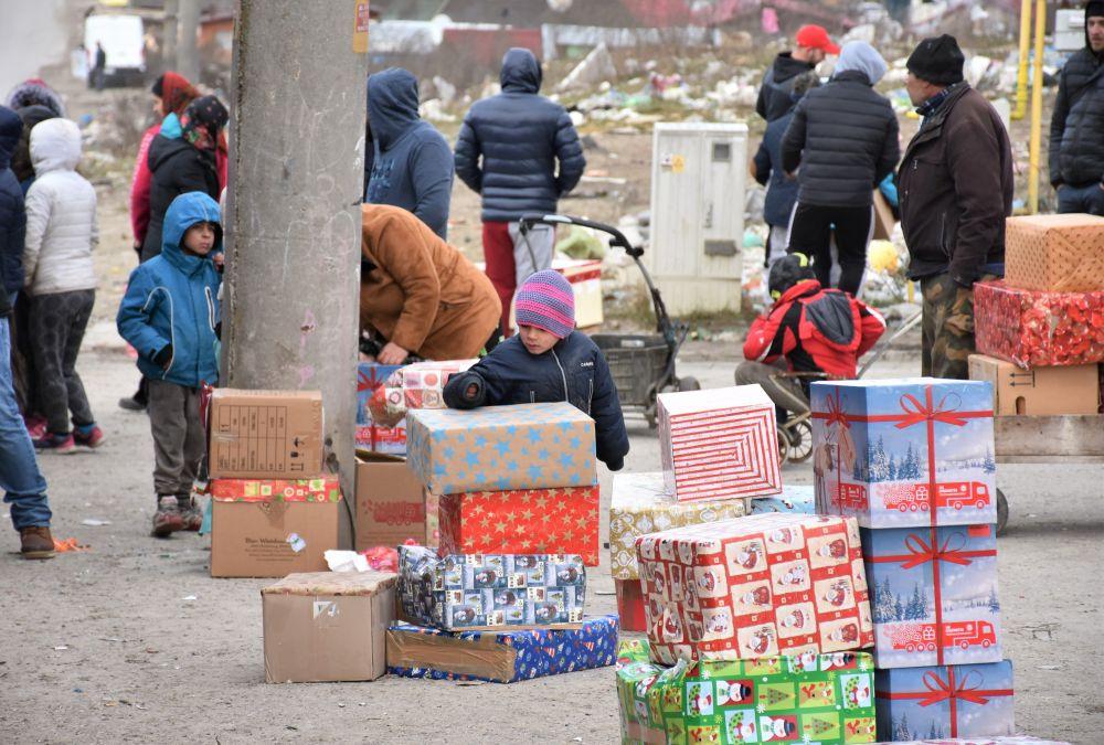"""Cadouri pentru 1400 de copii de etnie rromă din Pata Rât și Turda, prin intermediul Campaniei """"Camionul de Crăciun"""""""
