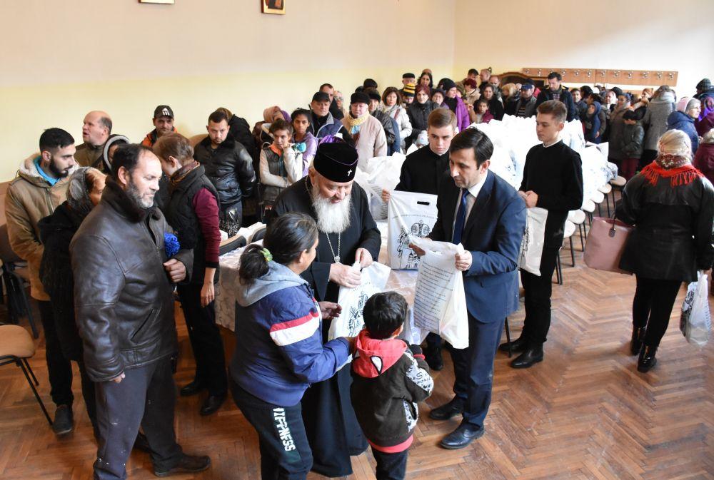 Înaltpreasfințitul Părinte Andrei a oferit 600 de pachete de Crăciun pentru cei nevoiași