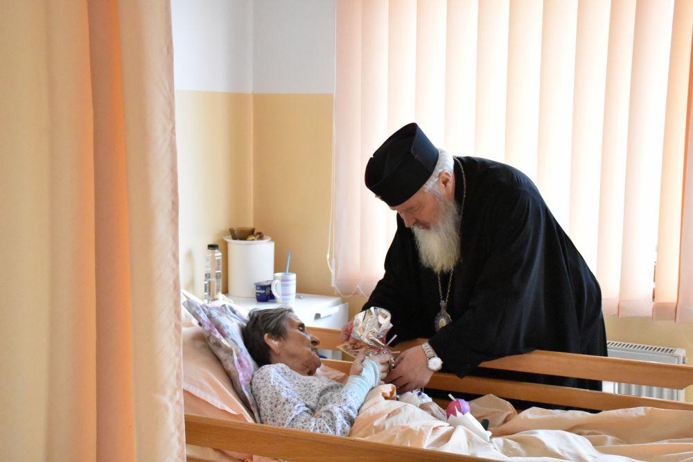 """În Ajunul Crăciunului, Mitropolitul Andrei i-a vizitat pe bolnavii de la Centrul de îngrijiri paliative """"Sfântul Nectarie"""" din Cluj-Napoca"""
