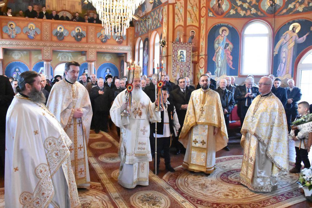 Slujire arhierească în Parohia Jucu de Mijloc | Mitropolitul Andrei a sfințit noua capelă mortuară