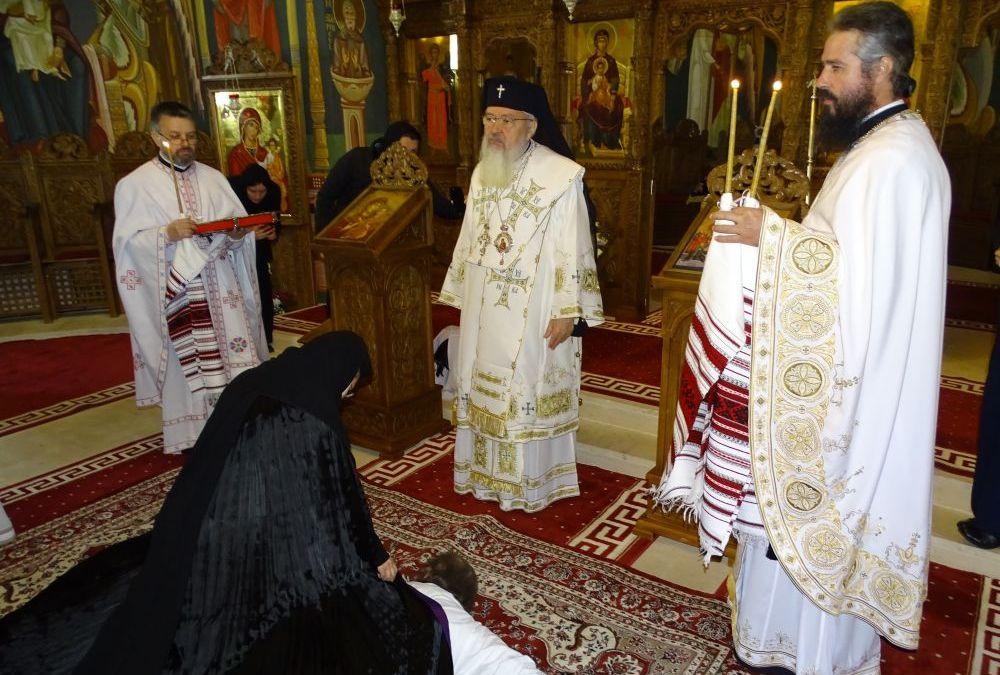 """Sfânta Liturghie arhierească și tundere în monahism, la Mănăstirea """"Mihai Vodă"""" din Turda"""