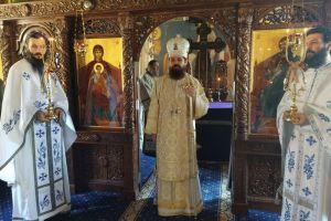 Episcopul-vicar Benedict Bistrițeanul, în mijlocul obștii Mănăstirii Rebra-Parva