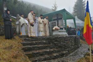 Eroii români, cinstiți la Monumentul de pe Vârful Grui, în prezența Preasfințitului Benedict Bistrițeanul