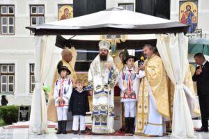 Preasfințitul Părinte Benedict, în mijlocul bistrițenilor, pentru prima dată în calitate de arhiereu