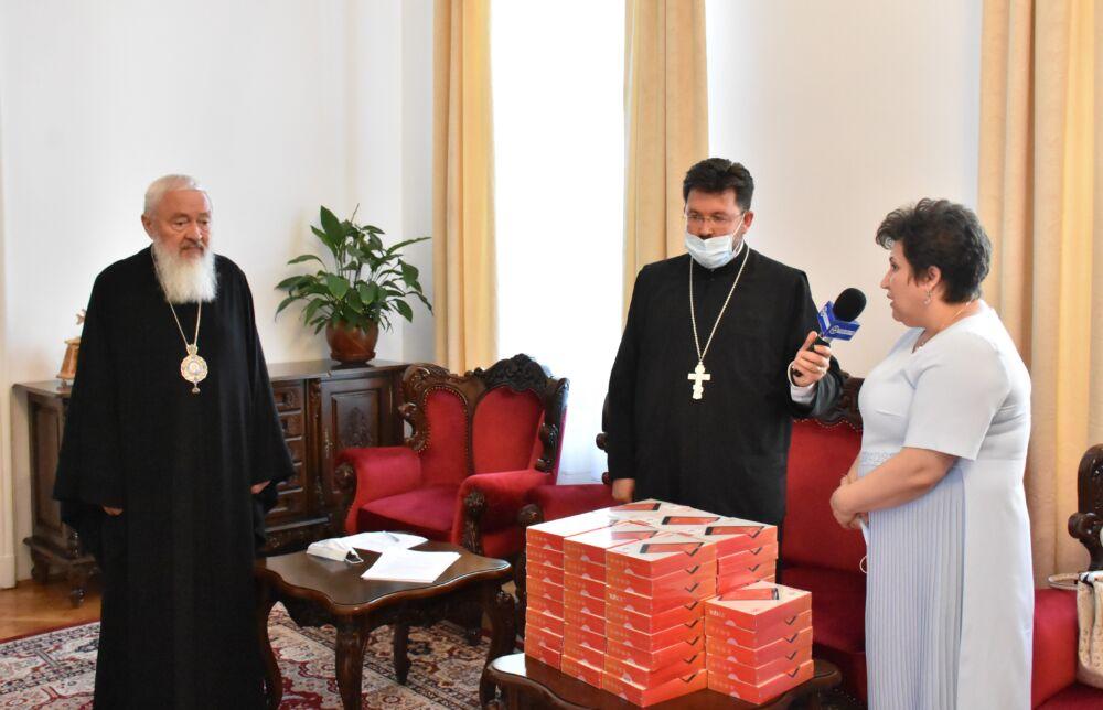 54 de elevi clujeni și bistrițeni au primit tablete în urma campaniei derulate de Arhiepiscopia Clujului