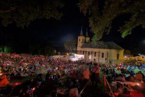 Miile de pelerini au cântat, la Nicula, Prohodul Maicii Domnului, alături de Mitropolitul Clujului
