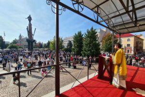 """""""Pacea, lumina, nădejdea și mângâierea le aflăm în jurul Crucii lui Hristos"""" – PS Benedict Bistrițeanul, în Duminica după Înălțarea Sfintei Cruci"""