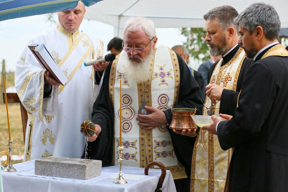 Mitropolitul Andrei a pus piatra de temelie pentru noua biserică din Parohia Turda-Hărcana