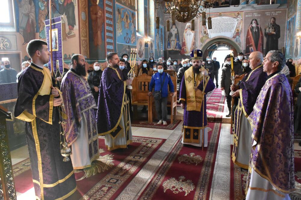 Episcopul-vicar Benedict a oficiat Liturghia Darurilor mai înainte sfințite la Catedrala Moților din Huedin