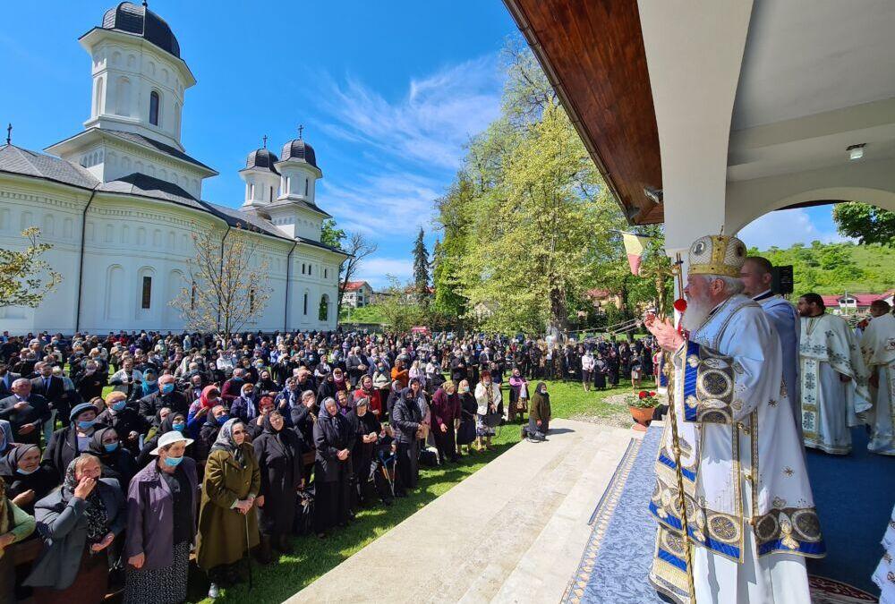 Sf. Împărați Constantin și Elena – Hramul istoric al Mănăstirii Dobric   ÎPS Andrei a sfințit sala de conferințe și biblioteca mănăstirii